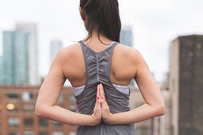 Người phụ nữ trẻ tập yoga